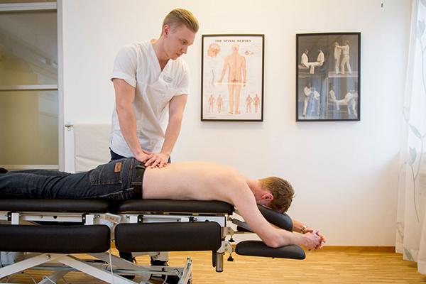 Kiropraktor behandlar rygg