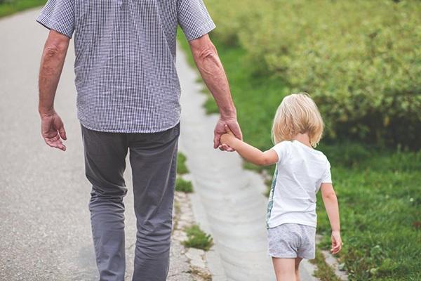 pappa-håller-flicka-i-handen