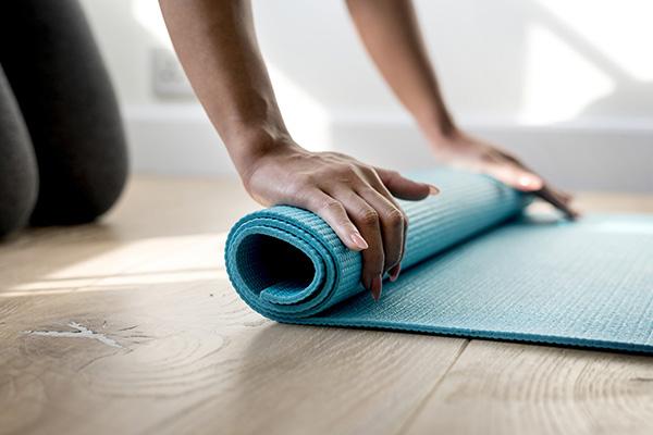 Yogamatta rullas ut