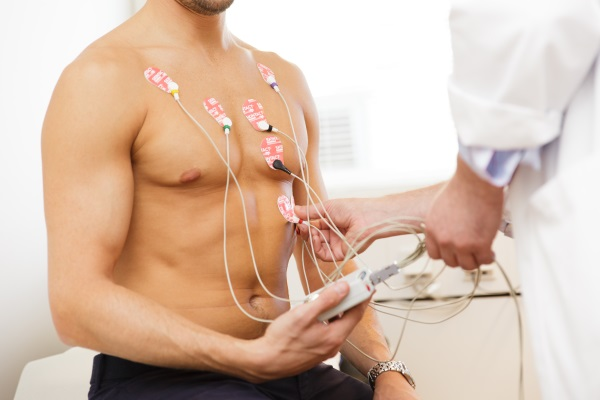 Man blir undersökt med EKG