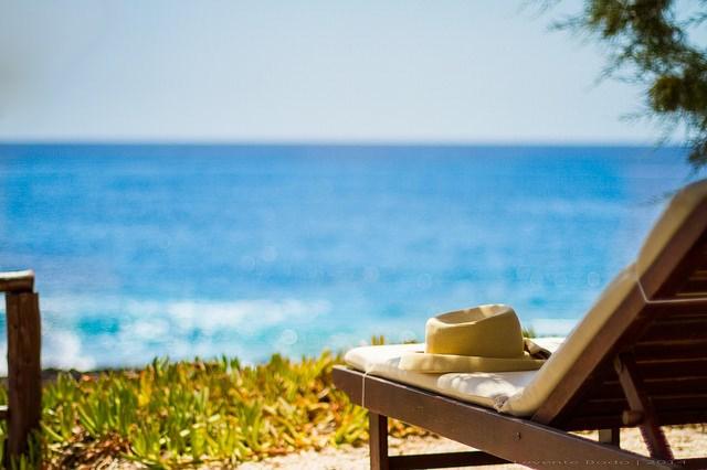 Koppla av på en solstol vid stranden i sommar.