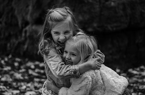 Två glada tjejer