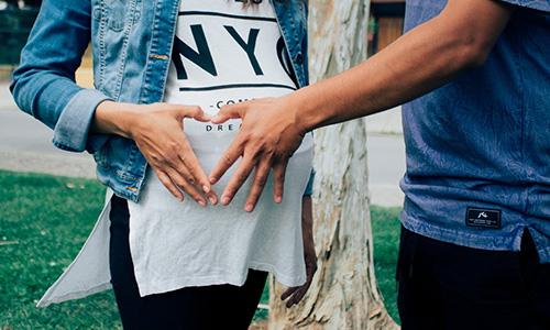 Par håller på gravid mage