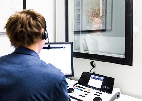Audionom göra hörseltest på patient