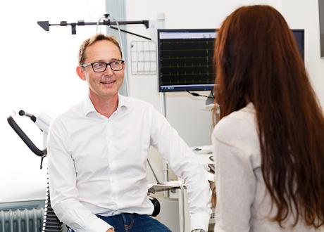Specialistläkare Mattias Raud med patient