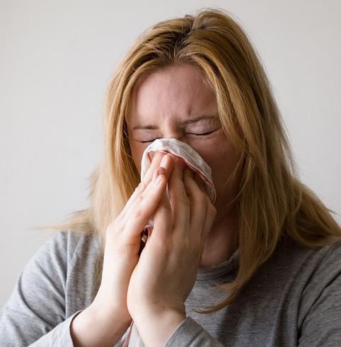kvinna-nyser-allergi
