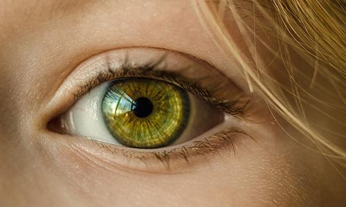 Tjej med grönt öga
