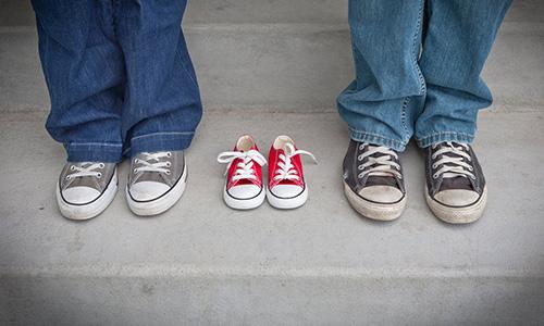 man och kvinna i skor med skor mellan
