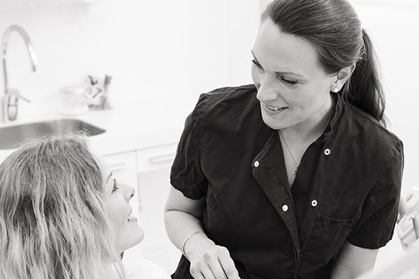 Tandläkare samtalar med patient