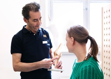 Ortopedtekniker på Sophiahemmet pratar med patient