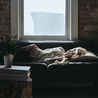 Kvinna-soffa-sömn