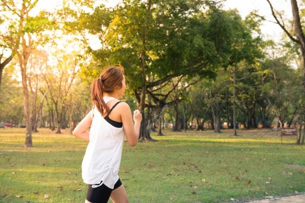 Tjej joggar i park