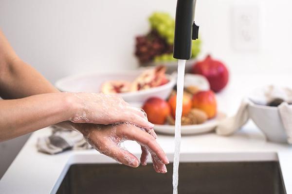 tvättar händerna