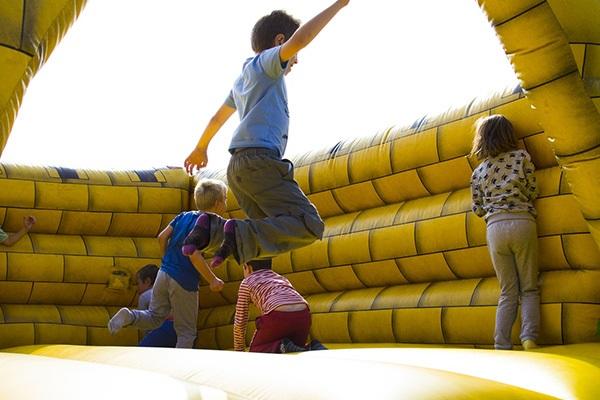 Barn hoppar i hoppborg