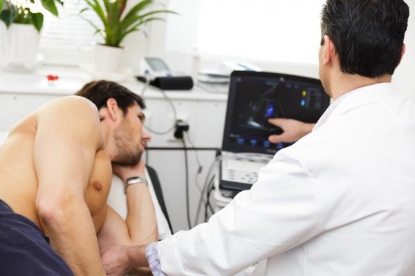 Man blir undersökt med ultraljud