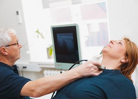 Läkare undersökte patient ultraljud