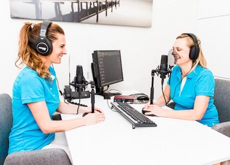 Två tandläkare sitter och spelar in en podcast