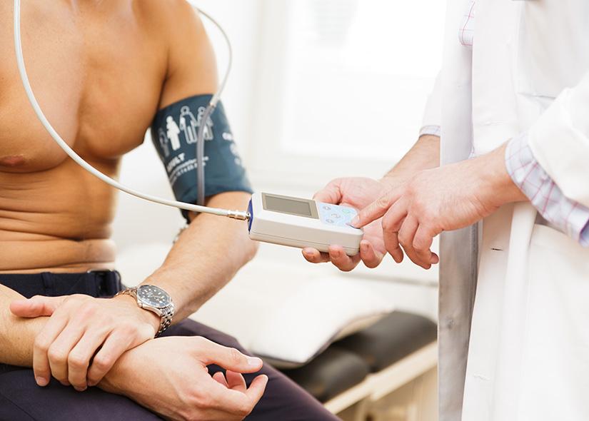 Hjärtspecialist mäter blodtryck