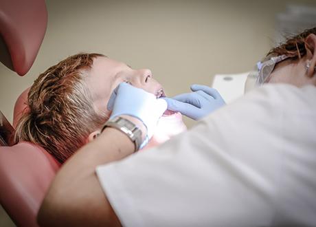 Barn blir undersökt av tandläkare