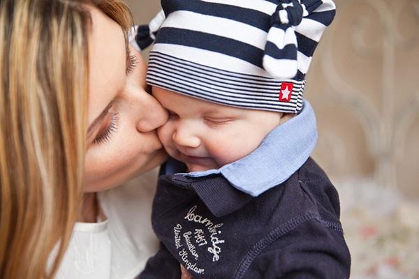mamma-pussar-på-son