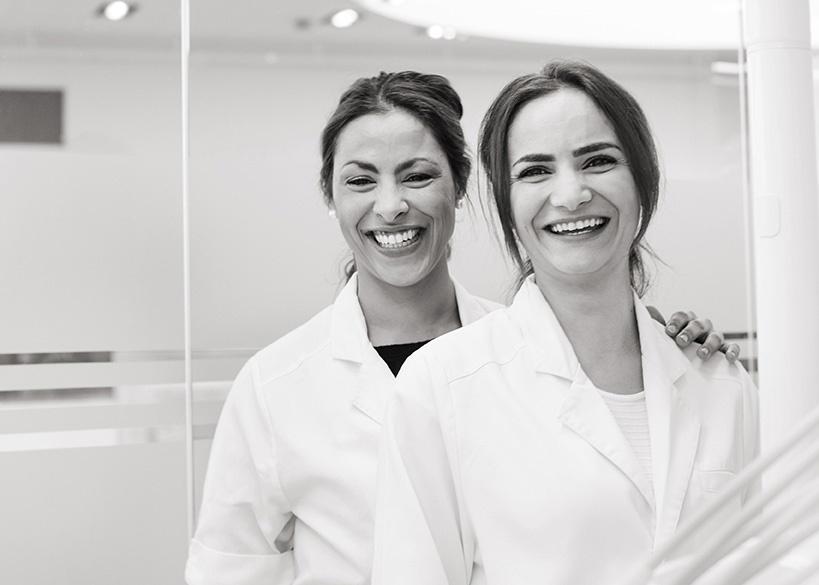 Två leende tandläkare