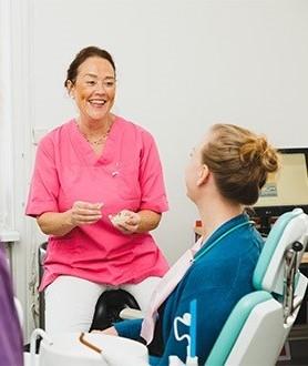 Tandläkare Elisabeth Ådén Jangenstål arbetar med akuttandvård