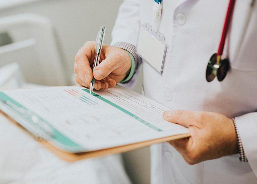 Läkare tar anteckningar