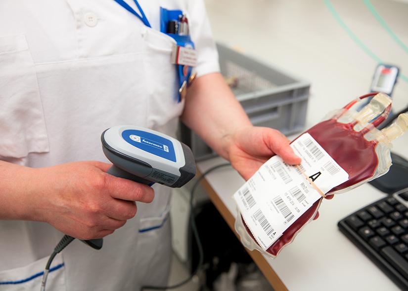 Sjuksköterska skannar blodpåse