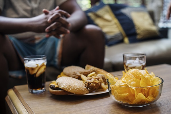 Fet mat på ett bord