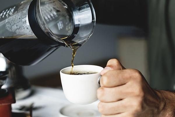 Kaffe hälls upp i en kopp