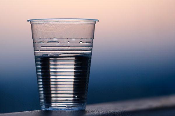Ett glas med vatten i